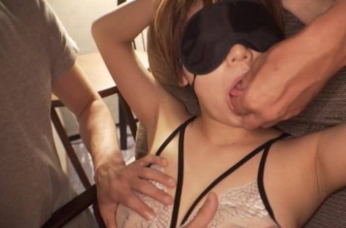 目隠しをされ舌を触られている女性