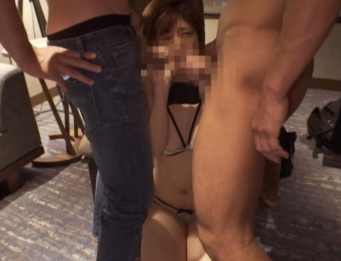 二人の男性のフェラをしている女性