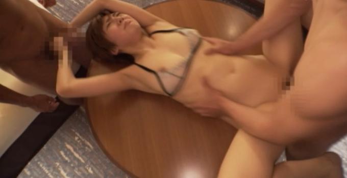 テーブルの上でセックスをしている