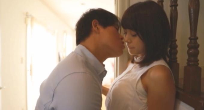 女性にキスをしようとしている男性