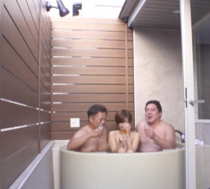 お風呂でお酒を飲んでいる男女