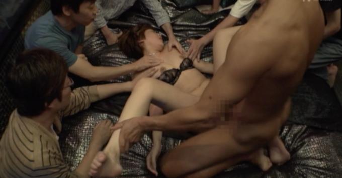 男性達に囲まれてセックスをしている