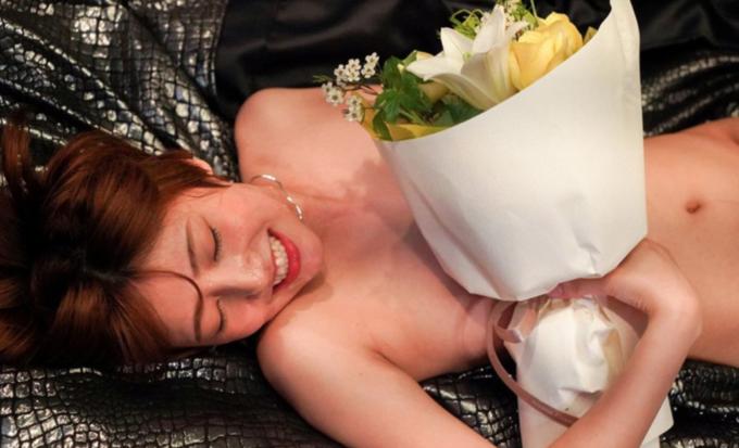 花束を抱えた女性