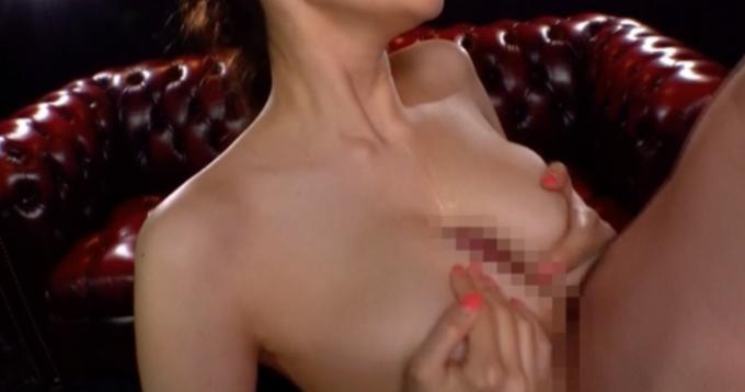男性器を胸に挟んでいる女性