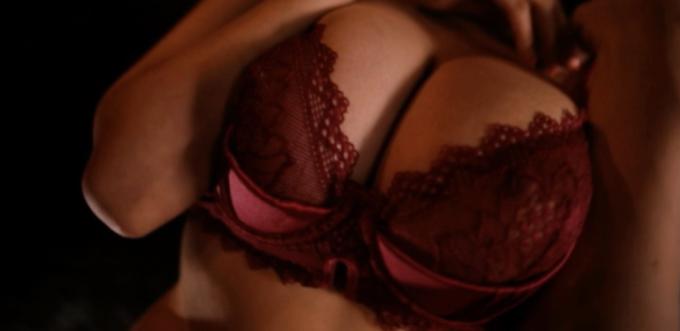 赤い下着の女性