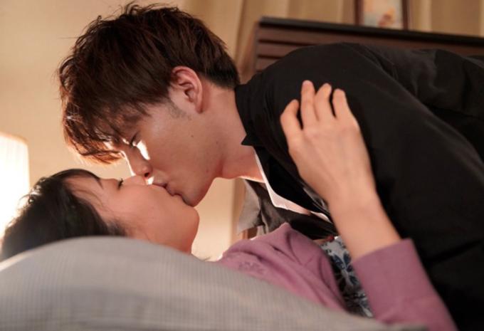 キスをしている男女