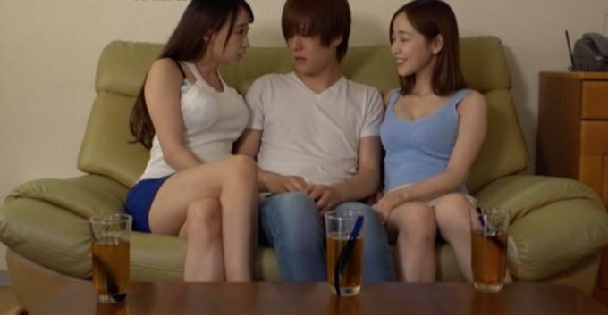 ソファーに座っている男女