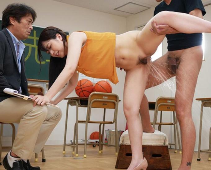 教室でセックスをして潮を吹いている女性
