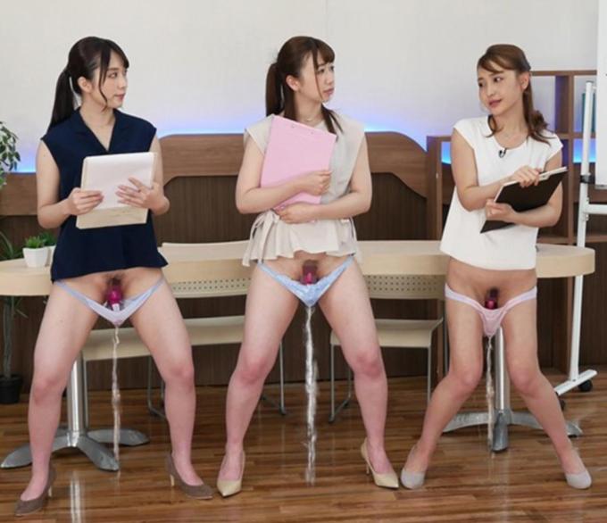電動ディルドを挿入して談笑している3人の女性