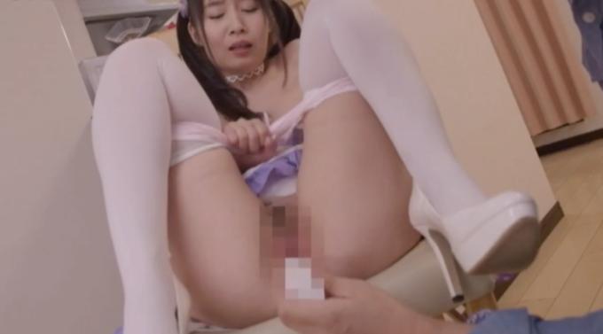椅子の上で足を開いて電マを当てられている女性