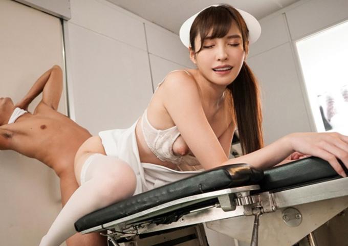バックをしている患者と看護師