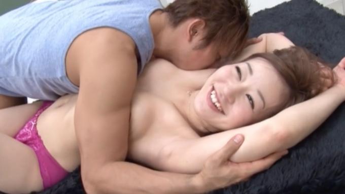男性に脇を舐められている女性