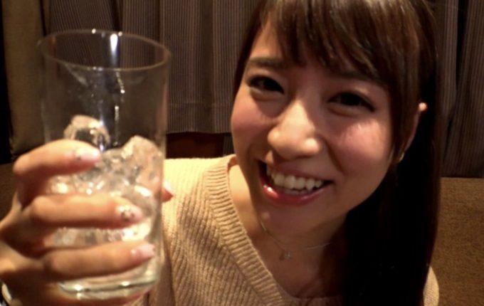 グラスを持って微笑んでいる女性