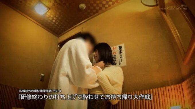 居酒屋でキスをしている男女