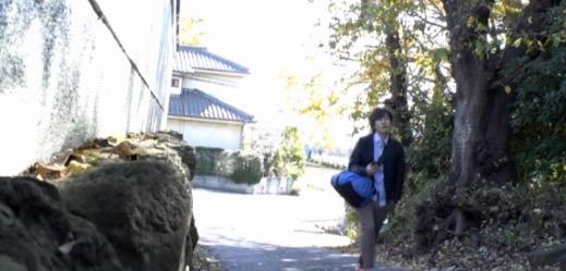 道を歩いている男性