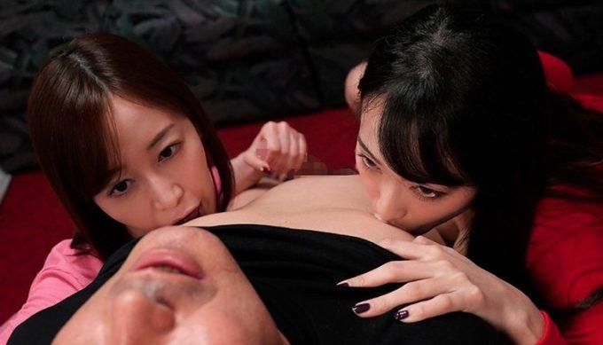 男性の乳首を舐めている女性2人