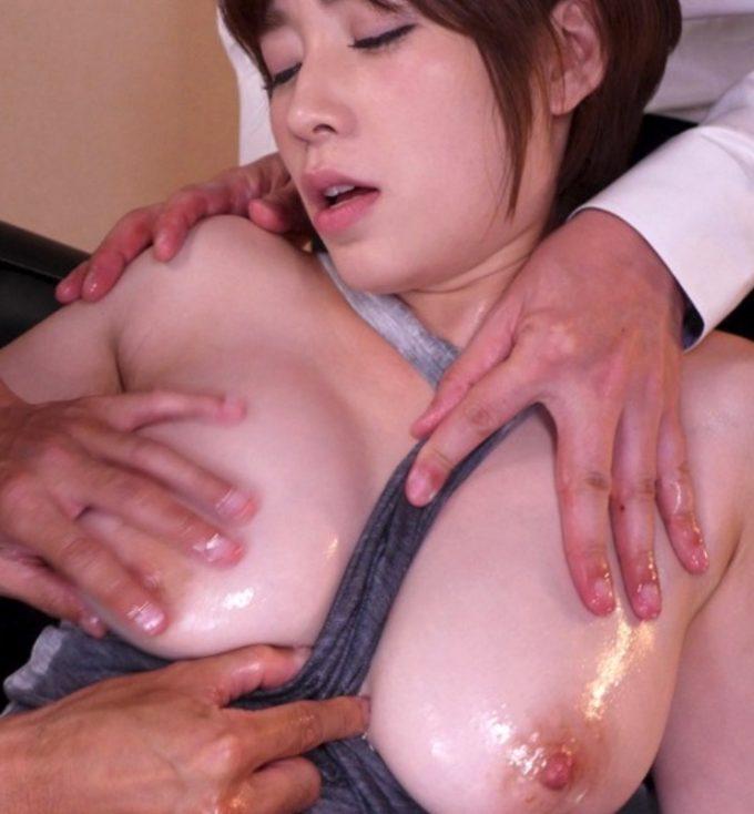 2人の男性から胸を触られている女性