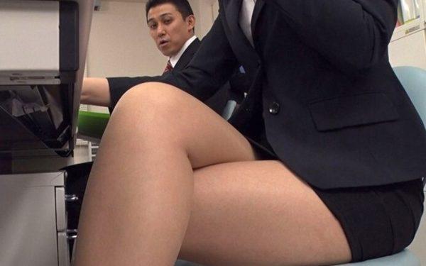 【無料動画レビュー】デキる長身美人OLの下品な着衣SEX!水野朝陽の肉感タイトスーツに男達が欲情する!!