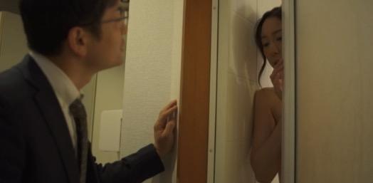 裸の女性と話しているスーツを着た男性