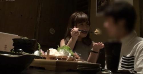 男性に卵焼きを食べさせている女性