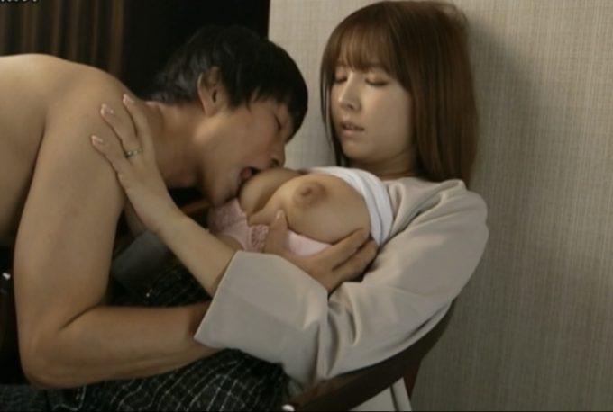 胸を舐められる女性