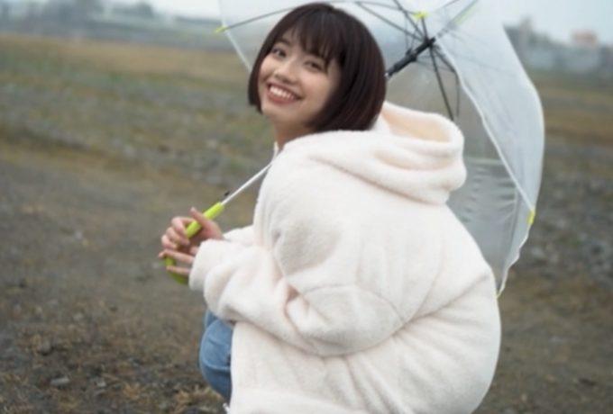 傘を差して微笑む女性