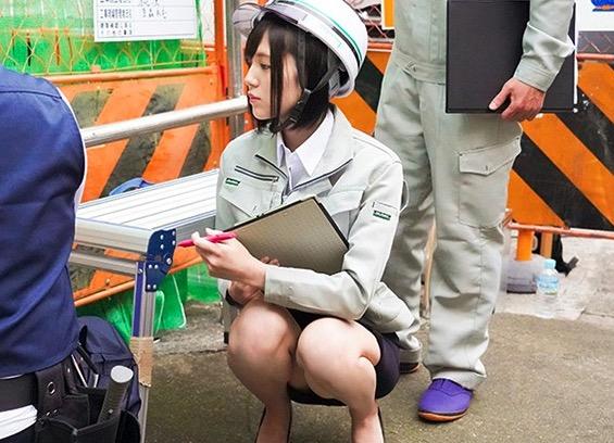 ヘルメットをかぶっている女性