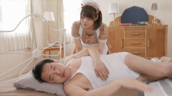 寝ている男性を起こしているメイド