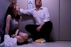 【無料動画レビュー】エレベーター内で汗だく密着セックス!篠田ゆう