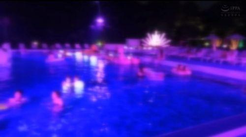 沖縄のホテルのナイトプール
