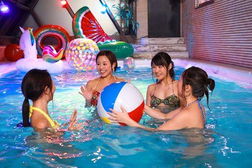 ナイトプールに集まるパリピやヤリラフィーの女子